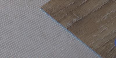Art Vinyl приклеивается на акриловый водно-дисперсионный клей для модульных ПВХ-покрытий. Следуйте инструкции по применению клея.