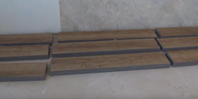 За 24 часа до укладки разложите по одной планке или плитке на ровное и чистое основание.