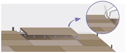 Для того, чтобы уложить планку в последнем углу: подрежьте ее по всей длине, затем таким же способом по всей ширине, и уложите.